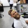 PCと笑顔の男性